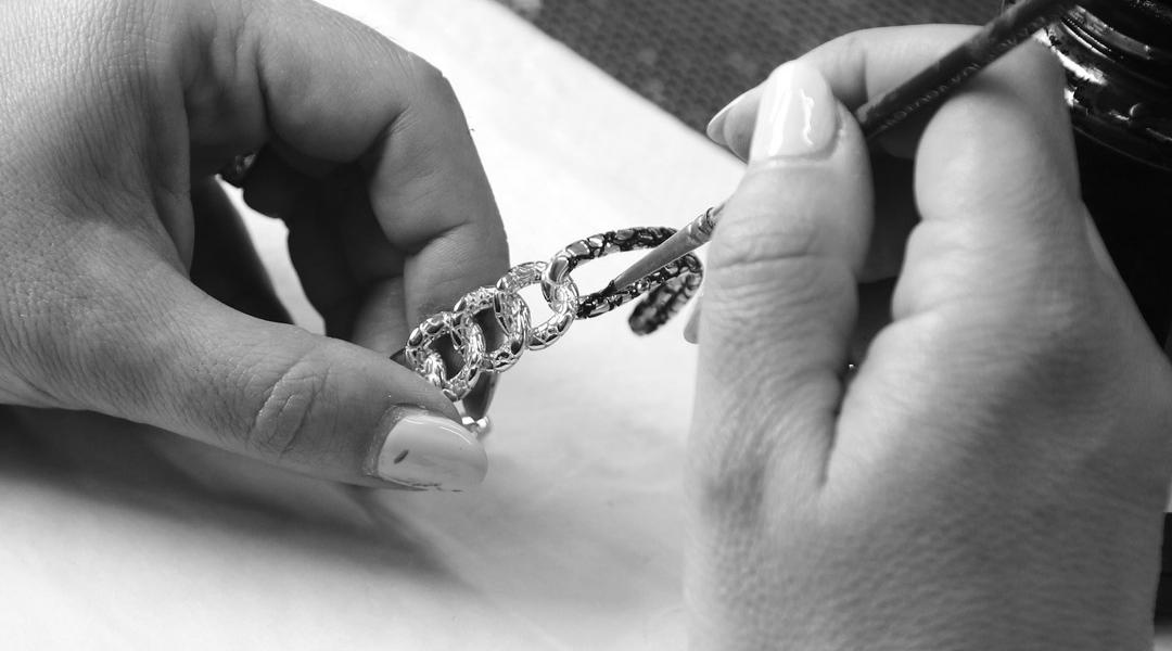 Detalhe do acabamento de uma joia Albert M.